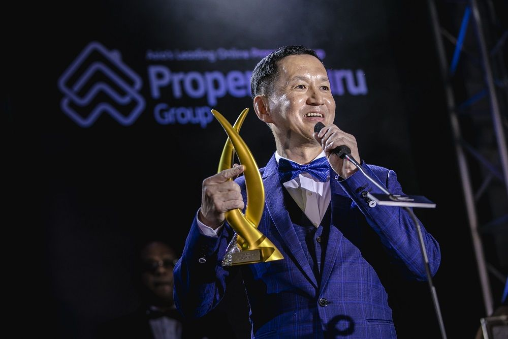 Datuk Wira Joey Lim of LBS Bina Group Bhd accepts the Best Developer trophy at the 2018 PropertyGuru Asia Property Awards (Malaysia) gala dinner