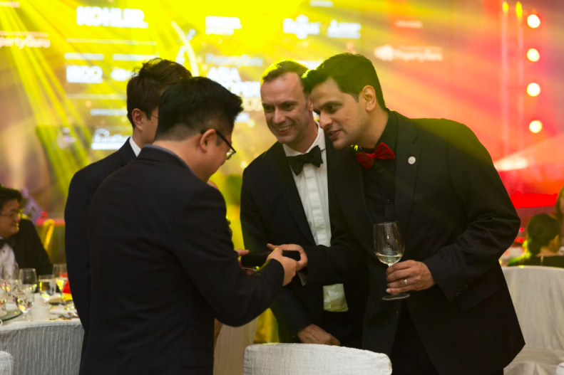 PropertyGuru Group CEO Hari V. Krishnan chats with judges of the PropertyGuru Asia Property Awards (Singapore) 2017, accompanied by Terry Blackburn, founder and managing director of the Awards.