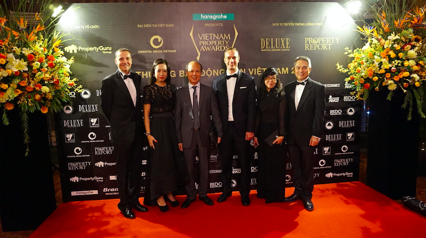 Some VIPs on the red carpet of the Vietnam Property Awards 2016: (L-R) Steve Melhuish, CEO and co-founder, PropertyGuru Group; Jade Wong, principal consultant, Mustard Tree Communications; Terry Blackburn, founder and managing director, Asia Property Awards; Mrs. Duong Uong Kim Dung, senior expert in charge, International Cooperation, Vietnam Real Estate Association (VNREA)