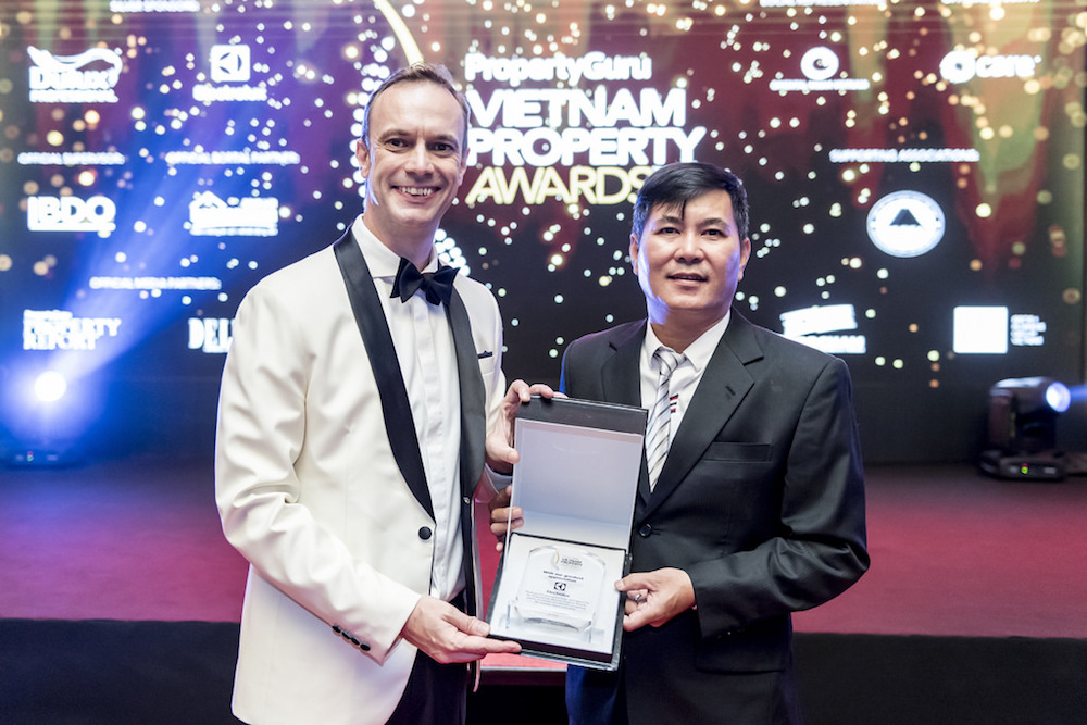 PropertyGuru Asia Property Awards founder and managing director presents Electrolux a token of appreciation at the exclusive gala dinner on 22 June 2018 in Ho Chi Minh City