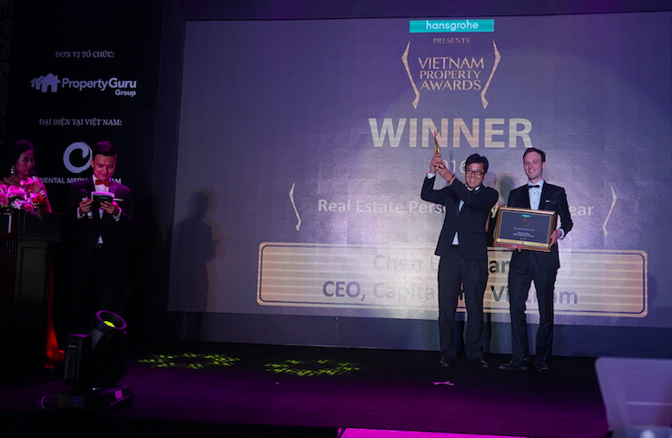 CapitaLand CEO Chen Lian Pang gamely received the Real Estate Personality of the Year award from Liam Aran Barnes, brand director and editor-in-chief of Property Report